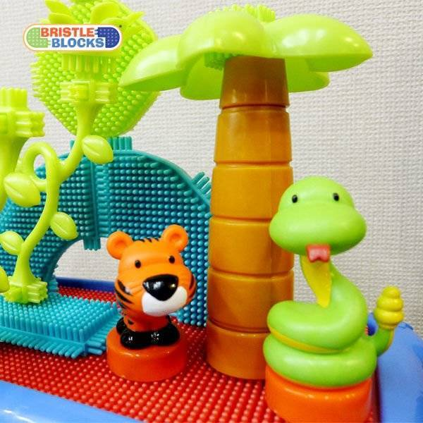 B. Toys, Jungle Adventure Storage Bucket, Zestaw Dżungla w pojemniku, 58 el., 2 lata+